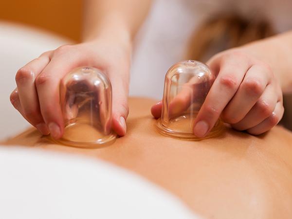 Rückenmassage mit Beauty-Cups