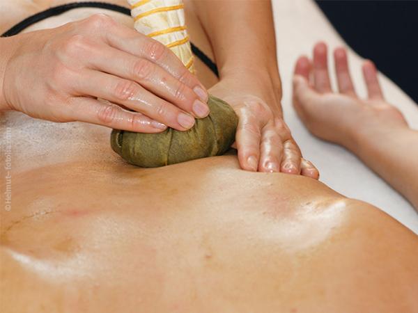 Zen-Kräuterstempel-Körpermassage